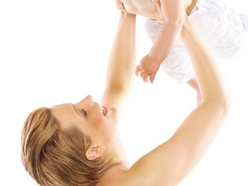 Jak správně zvedat miminko?
